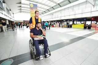Passagier in   Rollstuhl im Terminal