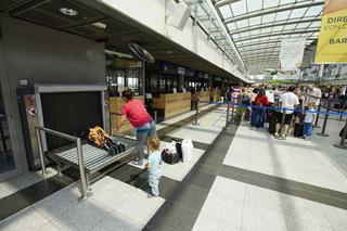Aufgabe von   Sondergepäck am Sperrgepäckschalter des Dortmund Airport.