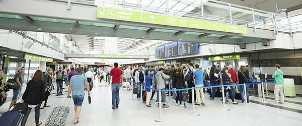 Passagiere vor   Sicherheitskontrolle am Dortmund Airport