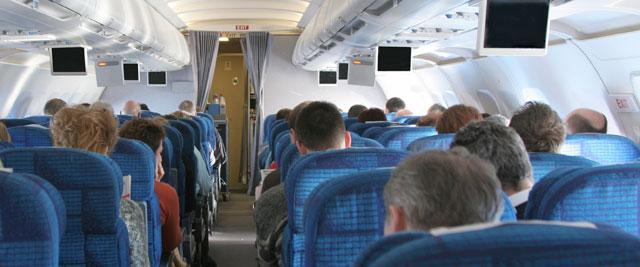 Passagiere an Bord eines Flugzeugs
