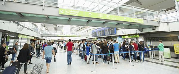 Fluggäste in   Wartereihe vor Sicherheitscheck