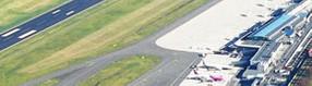 Landebahn, Vorfeld   und Terminalgebäude vom Tower aus