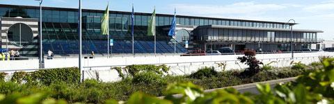 Terminalgebäude des Dortmund Airport von der Straße aus