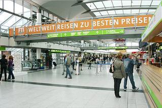 Werbeflächen an Brücken im   Terminal