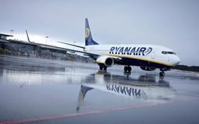 Ryanair Maschine auf nassem Vorfeld