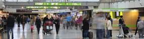 Terminalgebäude mit   Flugreisenden