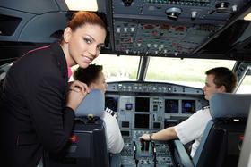 Blick ins Cockpit einer Wizz Air Maschine mit Bordpersonal