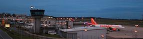 Das Vorfeld des   Dortmund Airport mit Tower am Abend