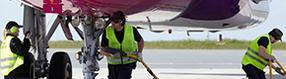 Vorfeldcrew bei   Wartungsarbeiten am Flugzeug