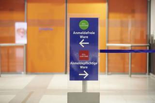 Schild des Zolls am Dortmund Airport