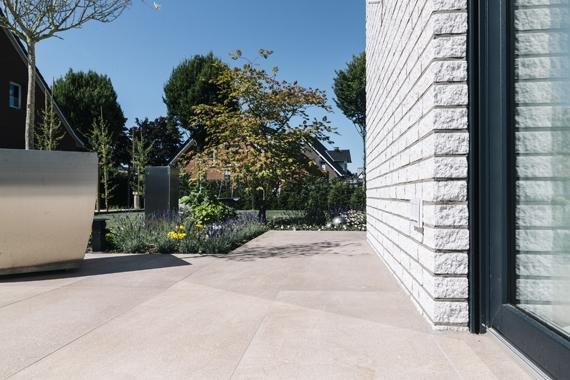 Terrasse mit großformatigen Platten
