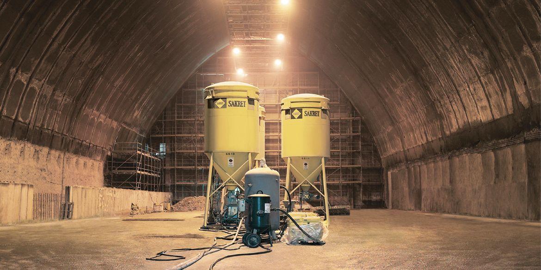 Verarbeitungshinweise   2 SAKRET-Silos im Tunnel
