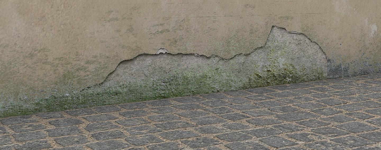 Fassadensanierung | Wand mit abgeplatzter Putzschicht