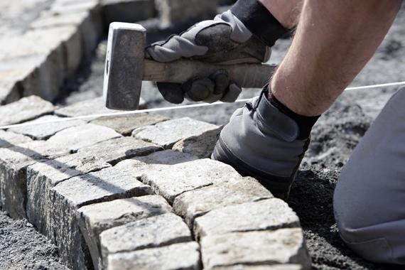 Verarbeitungshinweise | Pflastersteine werden in Mörtelbett eingeschlagen