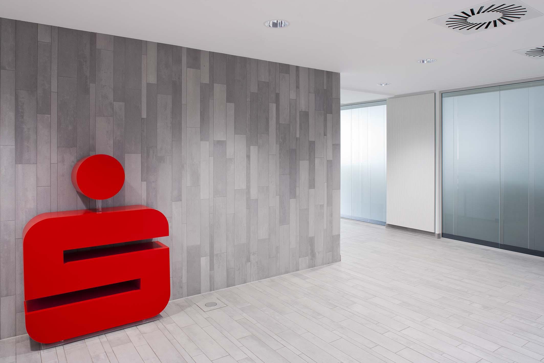 SAKRET Referenz Sparkasse Schwerte Fliesen mit Logo