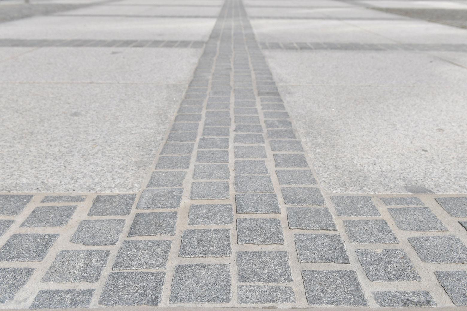 Neben der Sanierung des Gebäudes und des Tiefgaragendaches war auch die gesamte öffentliche Fläche vor dem Bayerischen Staatsministerium, München zu pflastern. Eine fachliche und logistische Herausforderung. SAKRET war als Beratungspartner für den Außenbereich und als System-Hersteller für die gebundene Bauweise am Projekt beteiligt.