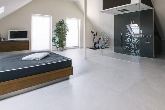 Schlafzimmer mit gefliestem Boden und Raumdusche