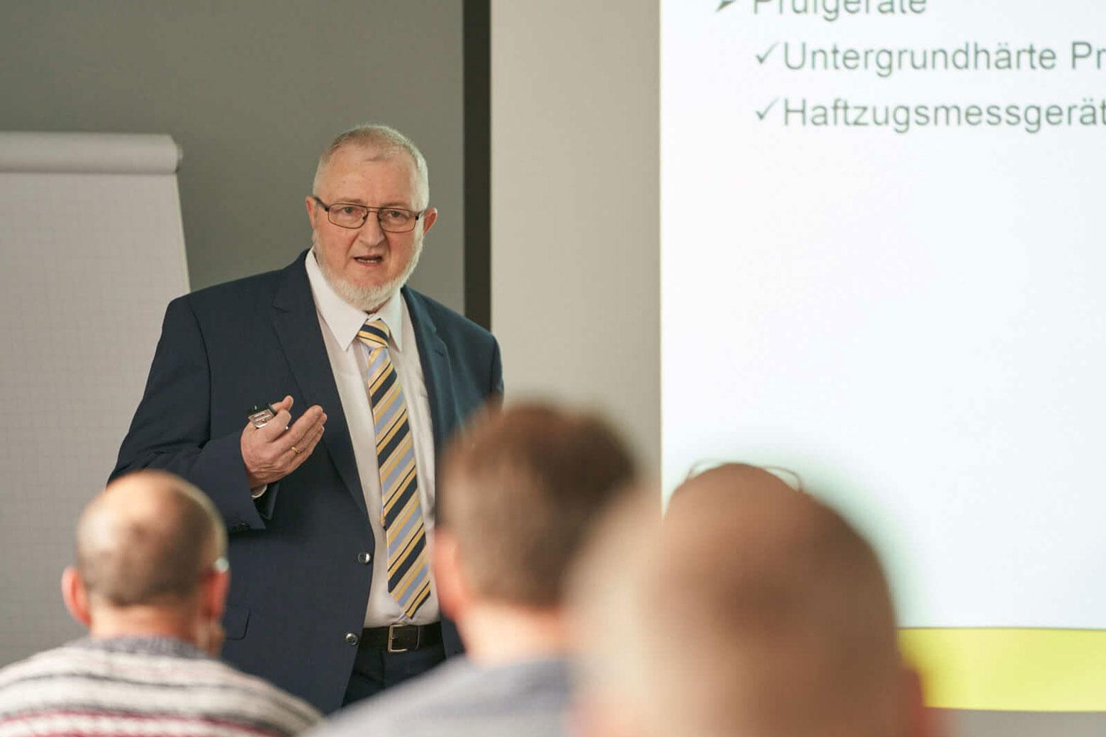 Frank Schwerin, Produktmanager SAKRET GmbH, beim Referieren zum Thema Untergrundbeurteilung und die DIN 18175.