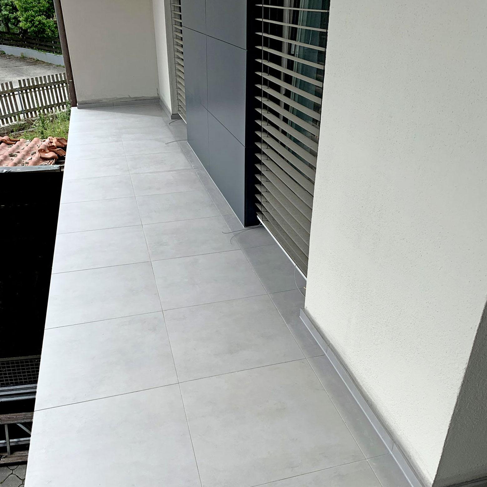 Inzwischen ist die Terrasse mit großformatigem Feinsteinzeug belegt und zeigt eine einwandfreie Funktion.