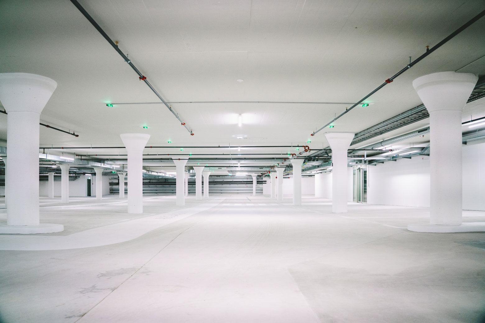 Helle Garage mit Estrichboden