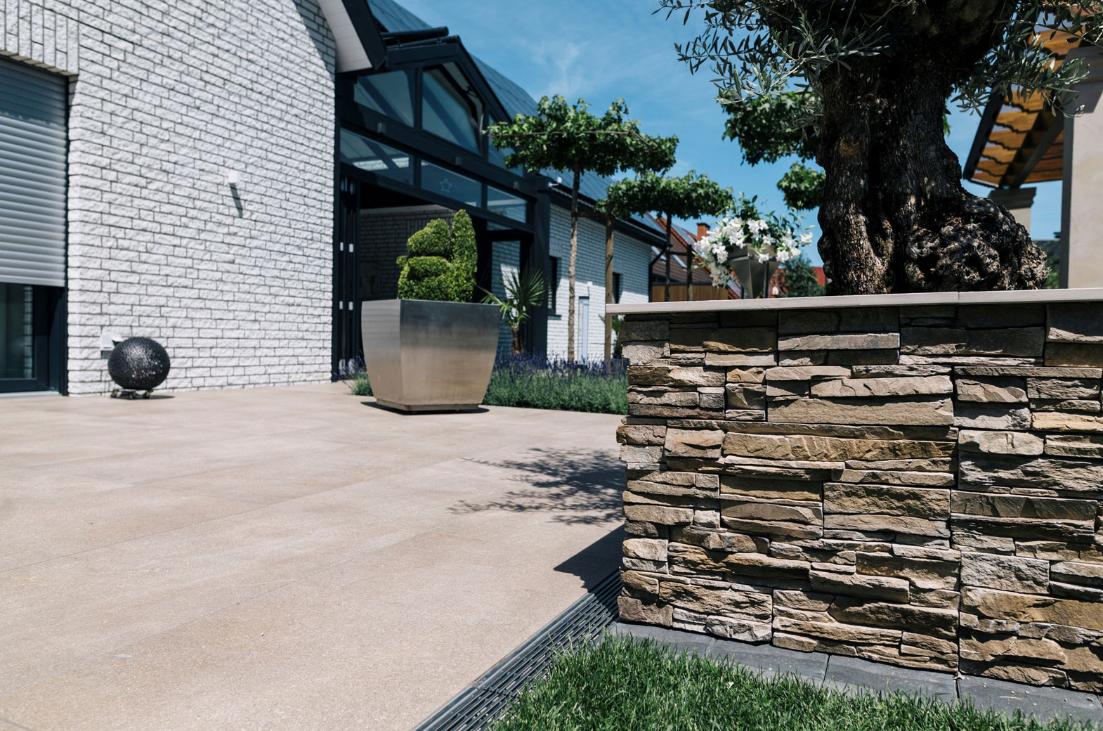 Terrasse mit großen Platten aus Keramik
