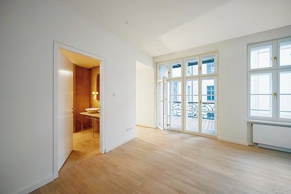 Energetische Sanierung Innendämmung - Wohnzimmer mit Balkon von innen