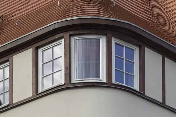 Fachwerk-Fassade von saniertem Altbau mit mehreren Eckfenstern