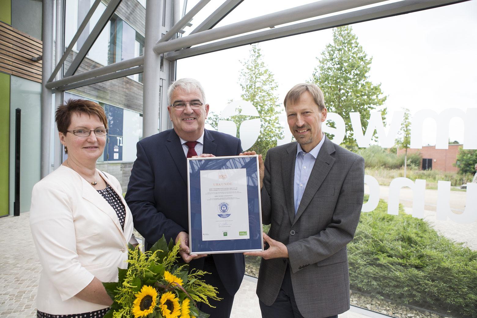 Preisverleihung im Umweltbundesamt in Dessau. SAKRET erhält den Blauen Engel. Petra Meier, Thomas Utermöller, Dr. Wolfgang Plehn (v.l.n.r.).