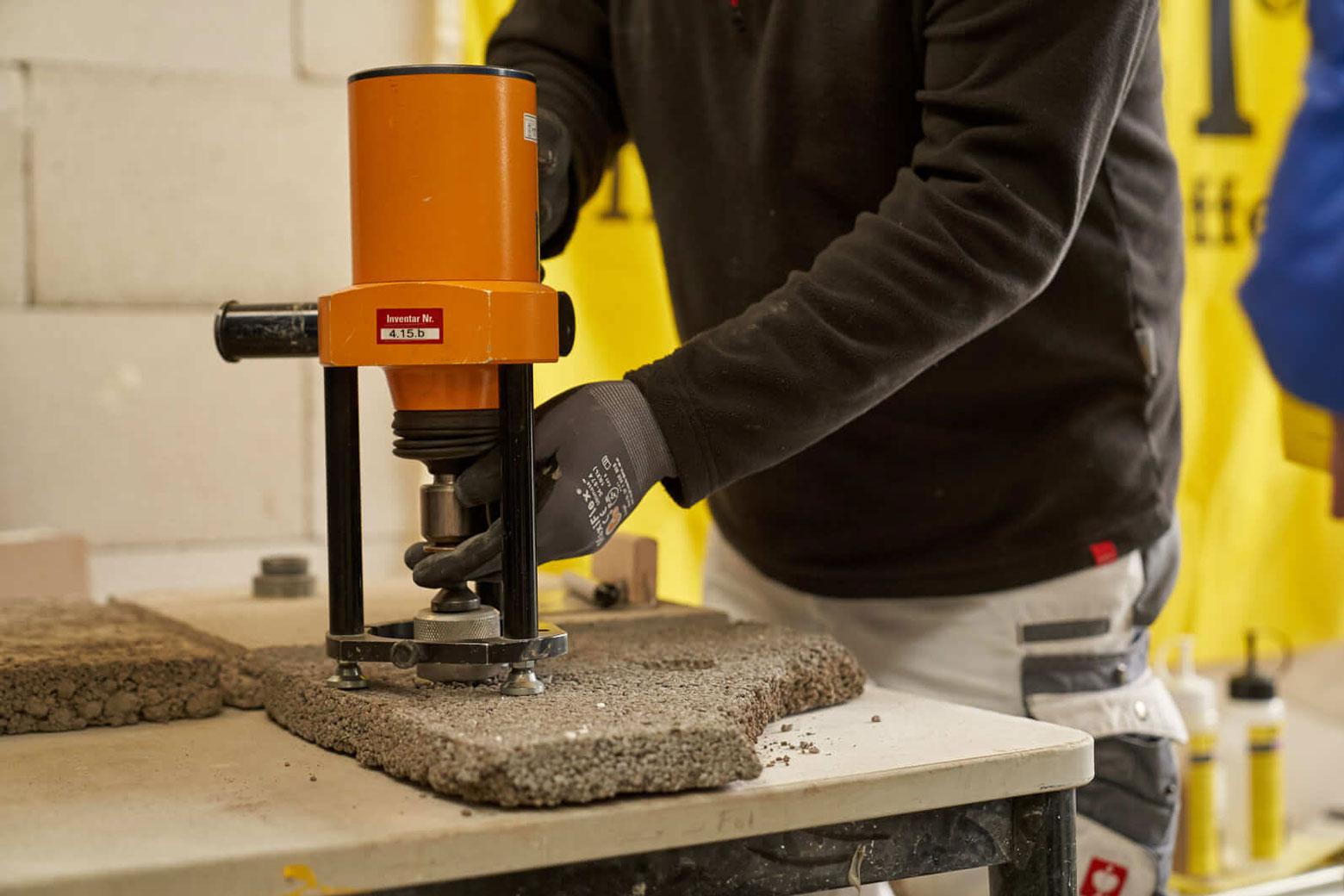 Praktische Demonstration und Anwendung eines Haftzugmessgerätes zur Prüfung der Untergrundhärte