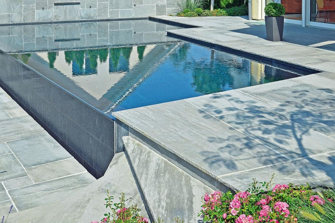 Wände und Boden von Schwimmbecken im Schwimmbad