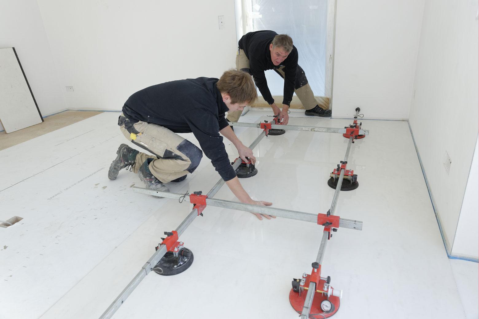 Großformat Fliesen werden mit Spezialwerkzeug im Wohnzimmer eingesetzt
