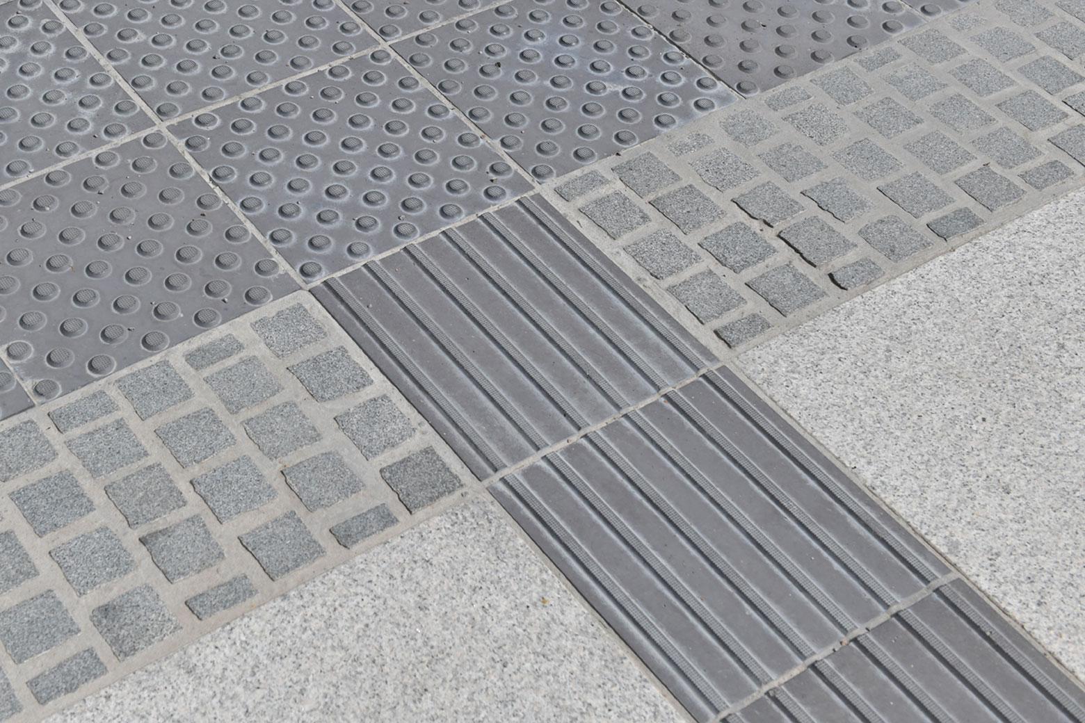 Mit dem integrierten und wasserabweisenden Wegeleitsystem wurden die öffentlichen Flächen vor dem Bayerischen Staatsministerium, München gepflastert. Dabei kam SAKRET Steinverguss ZPF und drainfähiger Pflasterbettungsmörtel zum Einsatz.
