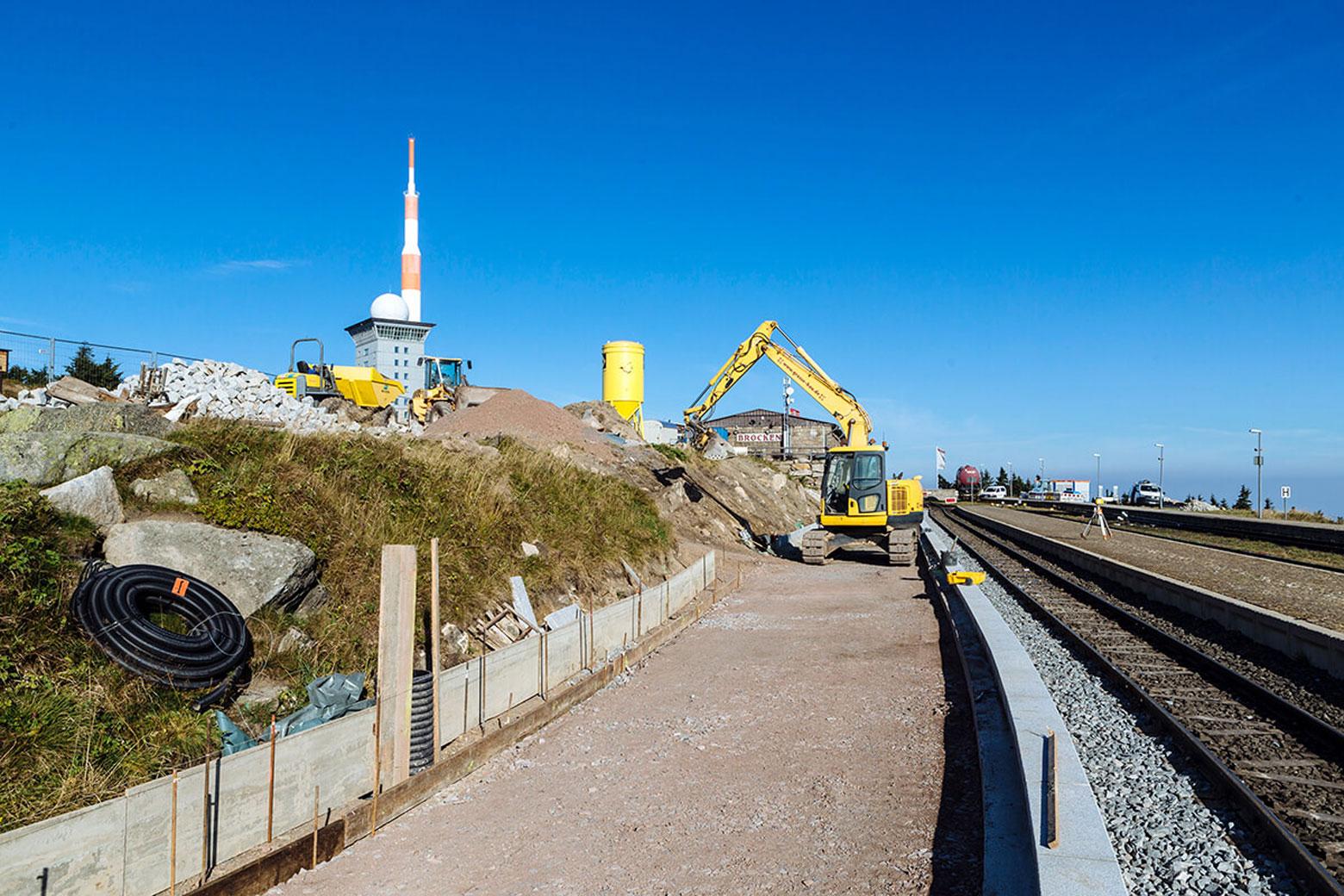 Bauarbeiten mit Bagger für Bahnsteig am Brocken