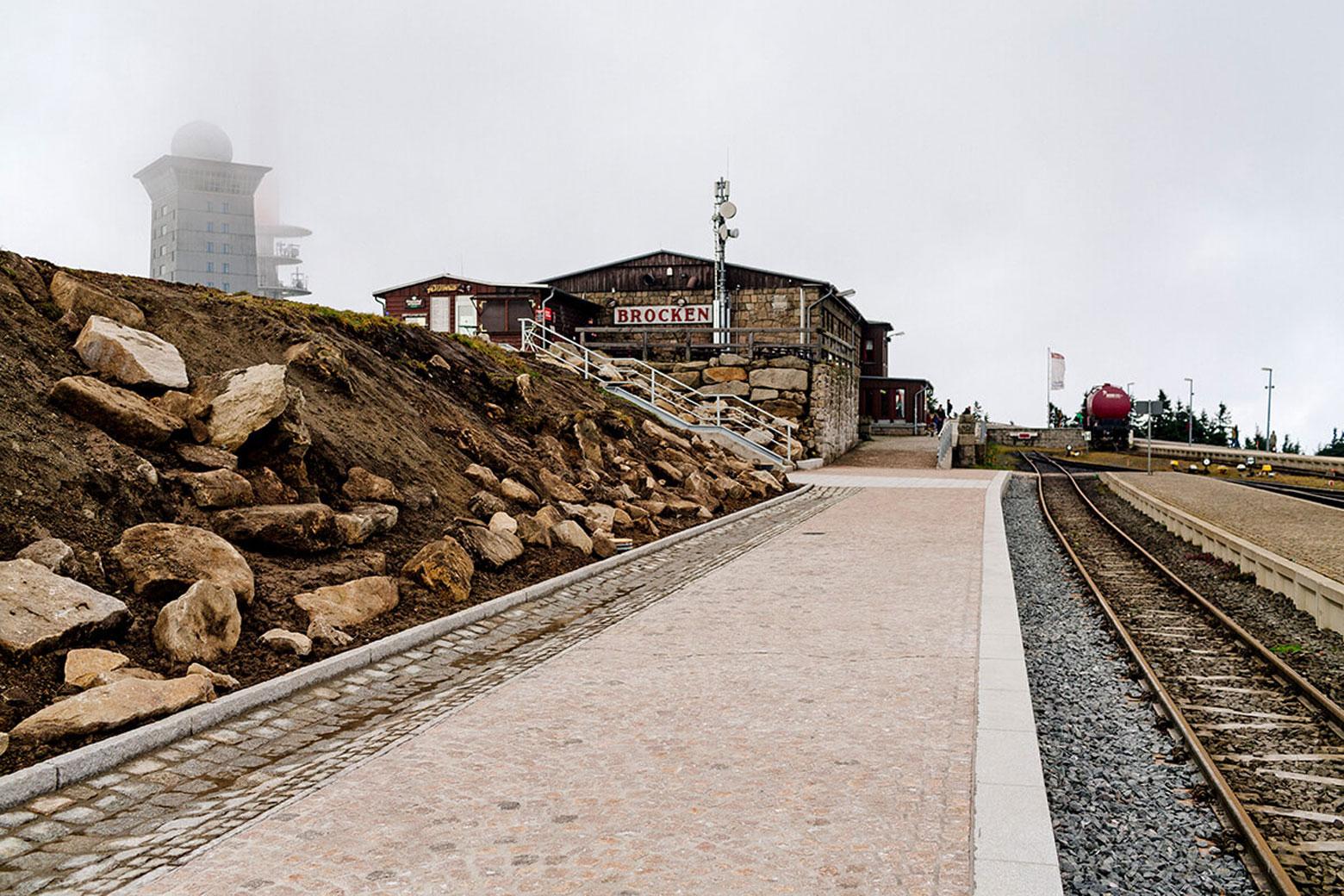 Blick über den Bahnsteig mit Gleisen und Gebäude