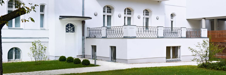 Vertikale Abdichtung   weiße Villa von außen