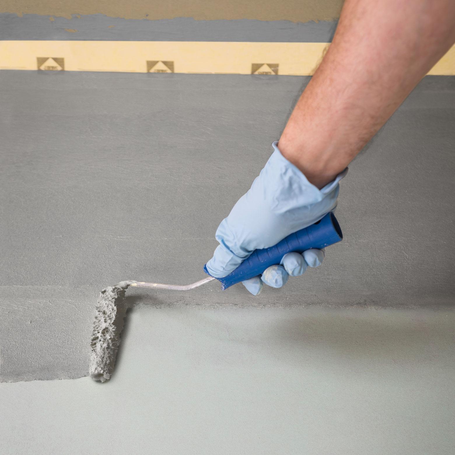 In Nassräumen ohne Bodenablauf braucht Calciumsulfatestrich zwingend eine Abdichtung wie SAKRET Flexible Dichtungsschlämme FDS und darin eingebettete Dichtbänder an den Boden-Wand-Anschlüssen.