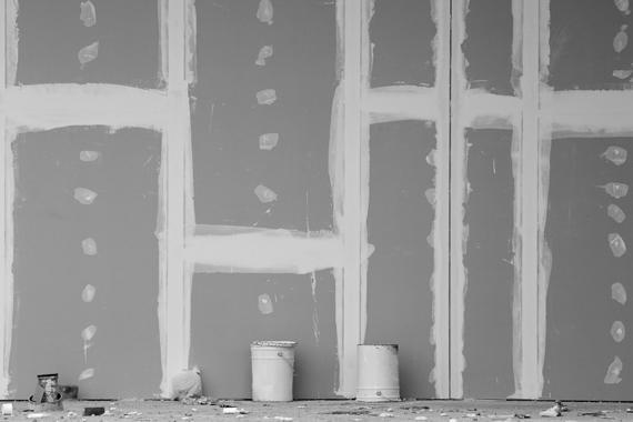 2 Eimer vor einer Wand aus Gipskartonplatten