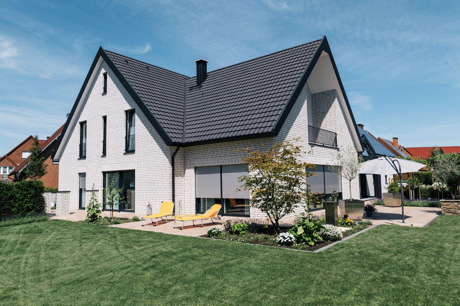 Einfamilienhaus mit Terrasse und Rasen