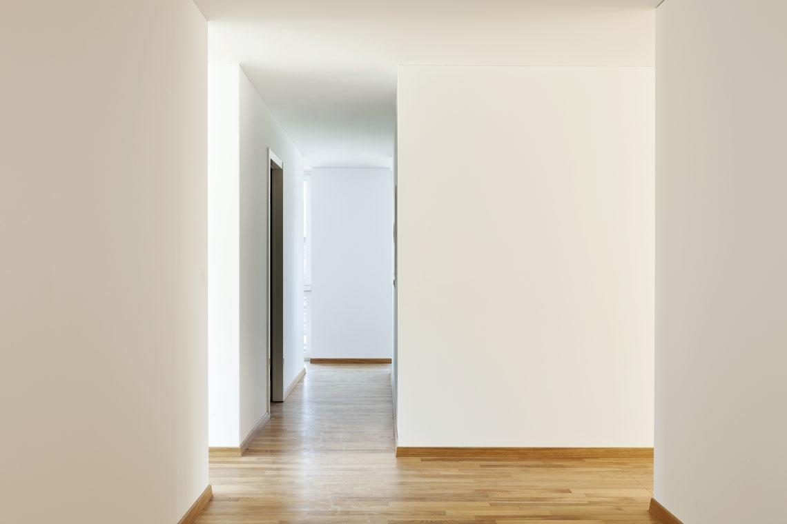 Verarbeitungshinweise Putze | Flur mit weißen Wänden