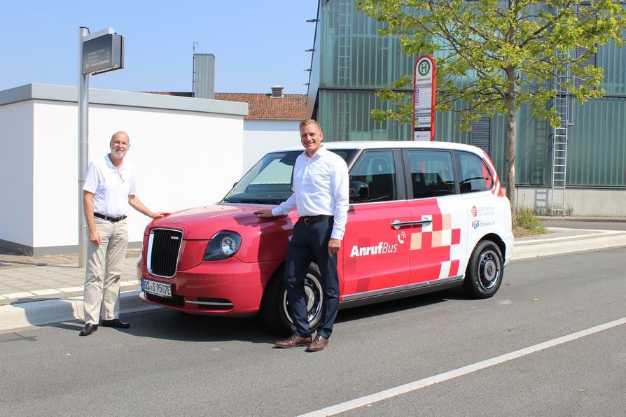 Die VOS setzt das London Taxi als AnrufBus auf der Linie 119/119B ein (v.l. Dr. Stephan Rolfes, Mobilitätsvorstand der Stadtwerke Osnabrück und Jörg Schuchtmann, Geschäftsführer des Auftragsunternehmen Bils)