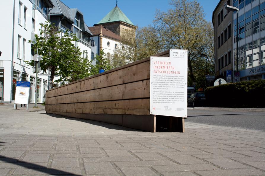"""Das Parklet ist an seinen neuen Standort vor dem """"Brille 49""""-Gebäude an der Ecke Krahnstraße/Lortzingstraße umgezogen."""