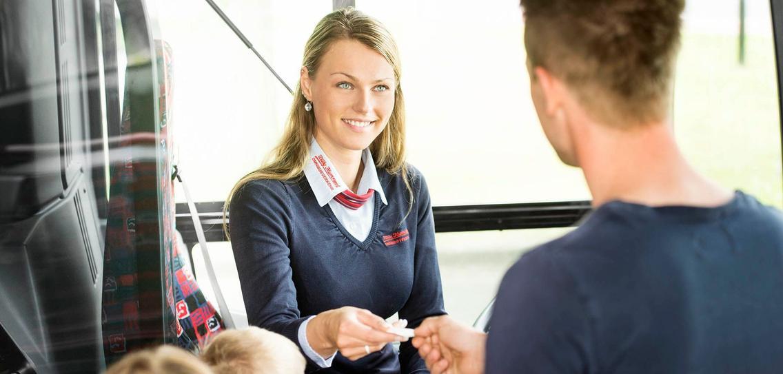 Kunde bezahlt Ticket beim Busfahrer der VOS