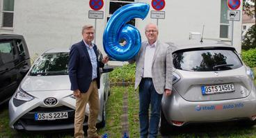 Über den 6. Carsharing-Geburtstag in Wallenhorst freuen sich (v.l.) Wallenhorsts Bürgermeister Otto Steinkamp und Stadtteilauto-Geschäftsführer Werner Linnenbrink.