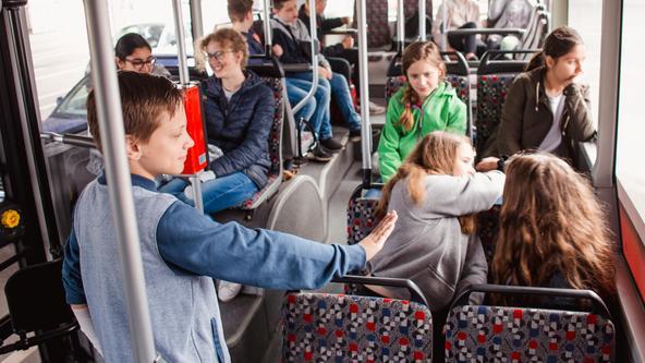 BusLotse schlichtet Streit zwischen zwei Kindern