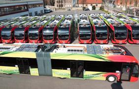 Die E-Gelenkbusflotte der Stadtwerke hat im ersten Betriebsjahr 730.000 Kilometer zurückgelegt.