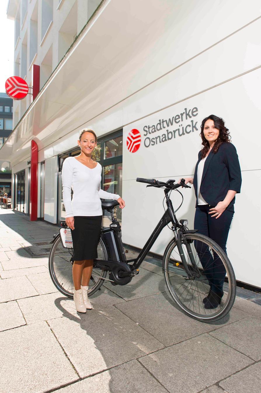 Ingela Sudau (l.) und Valeria Biz vom Team des Stadtwerke-Servicezentrums verleihen wieder kostenlos Pedelecs.