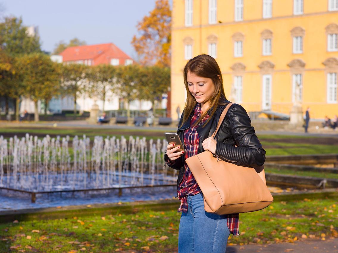 Frau registriert sich mit Handy im Kundenportal Meine Stadtwerke