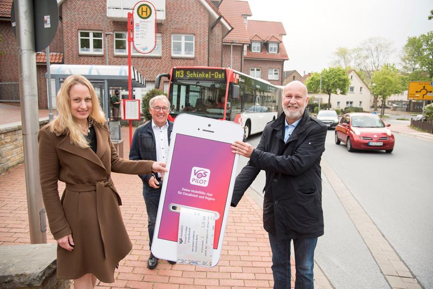 Stellen das neue HandyTicket für den Landkreis vor: Landrätin Anna Kebschull und Dr. Stephan Rolfes, Vorsitzender der VOS-Gesellschafterversammlung.