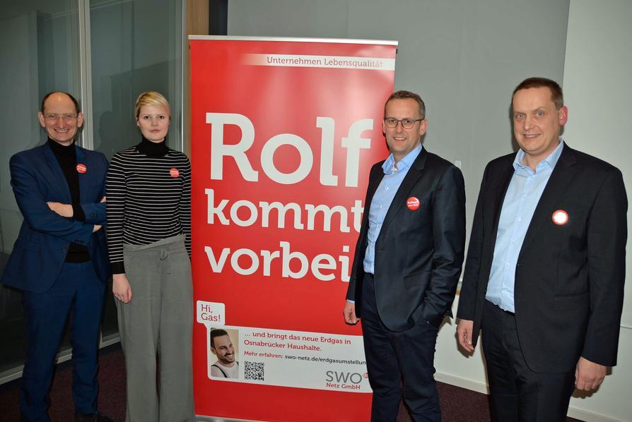 """Die """"Kollegen von Rolf"""" (v.l. Christoph Hüls, Lisa Hoff, Heinz-Werner Hölscher, Christian Lüttkemöller) starten die Infokampagne zur Gasgeräteanspassung in Osnabrück."""