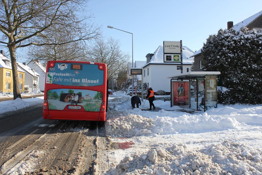 Vor der Wiederaufnahme des Busverkehrs müssen erst die Haltestellen vom Schnee befreit werden.
